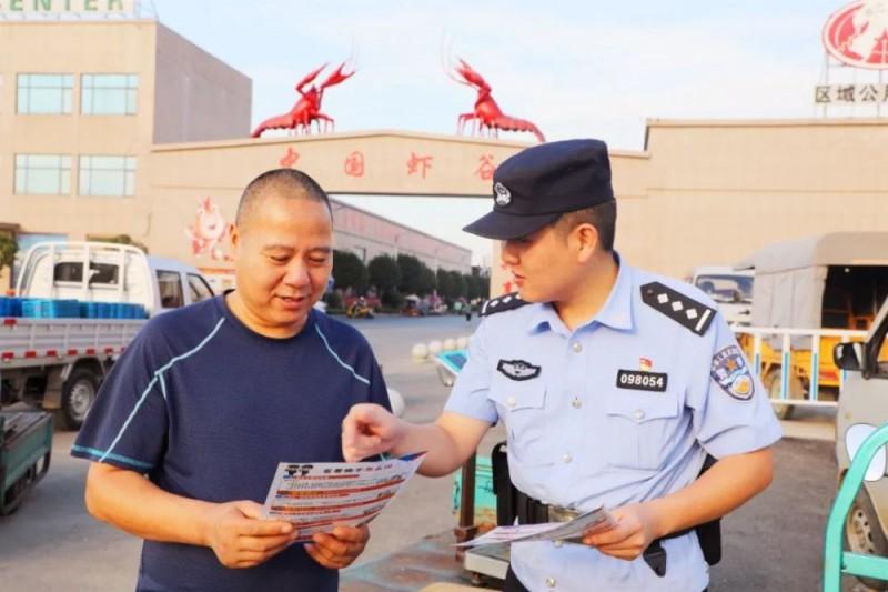 湖北潜江:全警上阵护航小龙虾产业